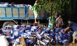 Xe chở bia bị đổ, người dân hùa nhau nhặt bia giúp tài xế