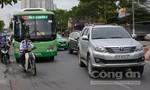Xe lôi ba bánh tông bể đèn xe buýt khiến giao thông ùn tắc