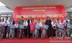 Phó Thủ tướng Trương Hòa Bình tặng quà người nghèo, học sinh hiếu học