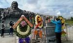Người dân đến thăm Tượng đài mẹ Việt Nam anh hùng dịp Tết