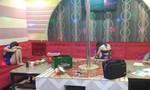 Nữ nhân viên quán karaoke múa thoát y, kích dục cho khách