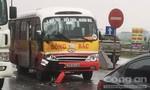 Xe buýt toác đầu khi húc phải xe tải qua đường