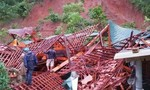 Mưa lũ khiến một ngôi nhà gỗ bị sập trong đêm