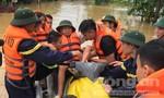 Xúc động hình ảnh chiến sĩ Công an dầm mình trong mưa lũ giúp dân