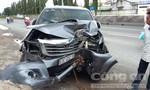 Xe bán tải sụp ổ gà rồi tông gốc cây, tài xế bị thương nặng