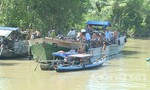Va chạm sà lan, ghe chở gần 20 tấn lúa chìm xuống sông