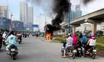 Xe tay ga cháy ngùn ngụt trên xa lộ Hà Nội