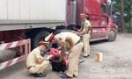 Container quay đầu tông xe máy, một phụ nữ tử vong
