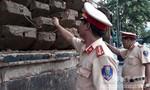Cảnh sát giao thông phát hiện xe tải chở 5m3 gỗ lậu