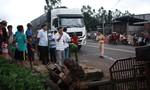 Xe tải tông xe công nông, 8 học sinh đi múa lân thoát chết