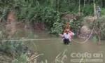 Lũ quét cuốn sập cầu gỗ, người dân qua suối bằng ròng rọc tự chế