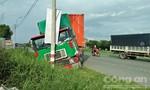 Xe container lao xuống lề đường, tài xế thoát chết