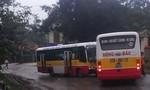 Hai xe buýt cũng hãng 'đối đầu', tài xế kẹt cứng trong ca bin
