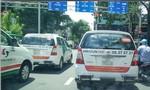 Taxi truyền thống dán decal phản đối, đã vi phạm Luật cạnh tranh