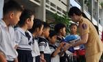 CSGT trao mũ bảo hiểm cho các em học sinh tiểu học