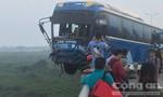 Đập kính giải cứu khách trên xe sắp rớt trên cầu Thanh Trì