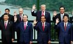 Các nhà lãnh đạo APEC không mặc trang phục truyền thống chụp ảnh lưu niệm