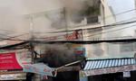 Lính cứu hoả mặc đồ chống độc xông vào nhà cháy tìm người mắc kẹt