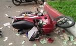 Tông ô tô, đôi nam nữ đi xe máy văng xuống đường, bất động
