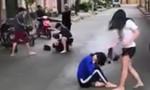 TP.HCM: Xôn xao nữ sinh dùng nón bảo hiểm đánh bạn dã man giữa phố