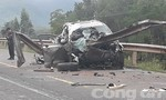 Xe ô tô tông mạnh vào taluy bên đường, 4 người thương vong