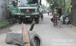 Người dân bức xúc dùng đá và thùng phuy chặn xe ben