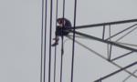 Nam thanh niên ngồi 'đong đưa' trên cột điện cao thế