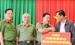 Phú Yên: Thứ trưởng Bộ Công an trao tặng 500 triệu đồng hỗ trợ nhân dân bị ảnh hưởng bởi cơn bão số 12