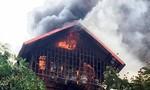 Giải cứu 4 người trong đám cháy giữa Hà Nội