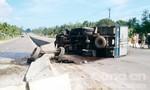 Tránh xe cùng chiều, xe tải tông dải phân cách rồi lật giữa đường