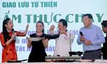 Vua bếp 'Yan Can Cook' và ca sĩ Phi Nhung bán dao, chảo gây quỹ từ thiện