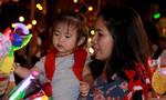 Người Sài Gòn nhộn nhịp xuống đường mùa Giáng sinh trong tiết trời lạnh