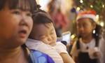 Noel tại Sài Gòn: Trẻ em ngủ gục, cảnh sát mướt mồ hôi