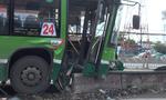TP.HCM: Xe buýt tông dải phân cách, 4 người nhập viện