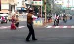 Cảnh sát gây chú ý vì điều khiển giao thông hài hước