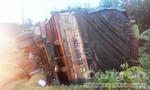 Tránh xe cùng chiều, xe tải chở 20 tấn phân bón lật úp dưới chân đèo