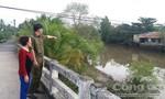 Hai công an xã nhảy xuống sông cứu hai nữ sinh chỉ còn tay giơ lên mặt nước