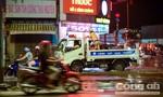 CSGT dùng xe tải công vụ chở người dân và xe chết máy qua điểm ngập