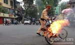 Xe đạp điện bốc cháy, CSGT kịp thời cứu bà cụ thoát chết