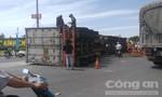 Tránh xe chở cát, container lật giữa vòng xoay