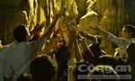 Hàng ngàn người trắng đêm hứng 'nước lộc' cầu may tại Lễ hội Chùa Hương