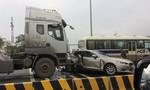 Mazda 3 biến dạng sau cú húc mạnh của xe đầu kéo