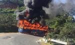 Xe khách bốc cháy dữ dội hàng chục hành khách chạy tán loạn