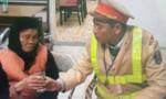 Hà Nội: CSGT cứu cụ bà 80 tuổi bị lạc hơn 100 km