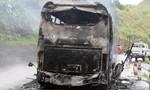 Xe khách chạy trên đường bất ngờ cháy trụi