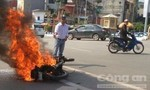 Xe máy cháy trơ khung trên đường