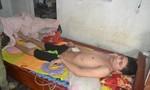 Chàng trai trẻ bị tai nạn lao động nằm một chỗ