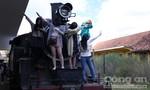 Khách Trung Quốc ngang nhiên trèo lên đầu máy xe lửa tại Ga Đà Lạt