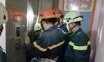 Lính chữa cháy cứu người kẹt trong thang máy lúc nửa đêm