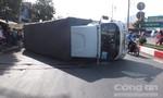 Xe tải ôm cua ngã tư lật nhào, một phụ nữ thoát chết